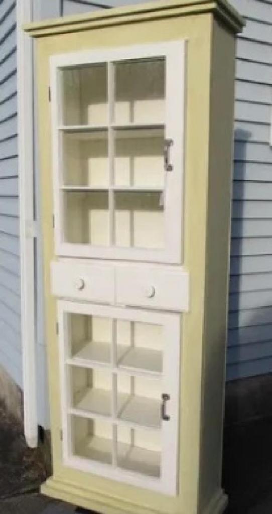 Соседи отдали мужу старые окна. Он сделал из них симпатичный шкаф в стиле лофт