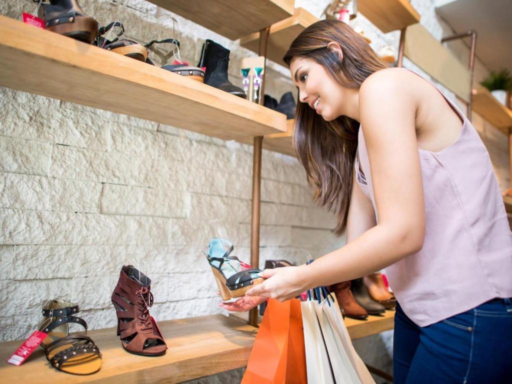 Здравствуйте, лето и босоножки! Стилисты рассказали о трех лучших сочетаниях одежды с открытой обувью