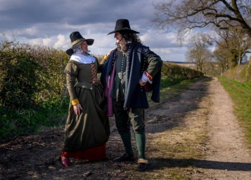 Коронавирус не помеха: пара делает костюмы разных эпох и каждый день надевает новый наряд на прогулку