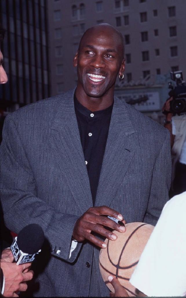 Ветровки, береты, кеды и вязаный свитер с принтом: как одевался знаменитый баскетболист Майкл Джордан в 90-х
