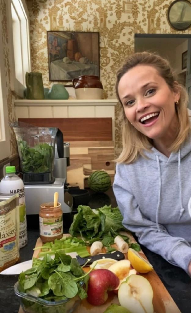"""Риз Уизерспун показала, как готовит свой любимый """"зеленый коктейль"""", но фанаты не могли оторвать взгляд от ее кухонного декора"""