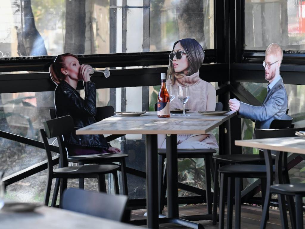 В ресторанах Австралии картонные фигуры людей посадили за столы, чтобы посетители чувствовали себя комфортно и соблюдали дистанцию