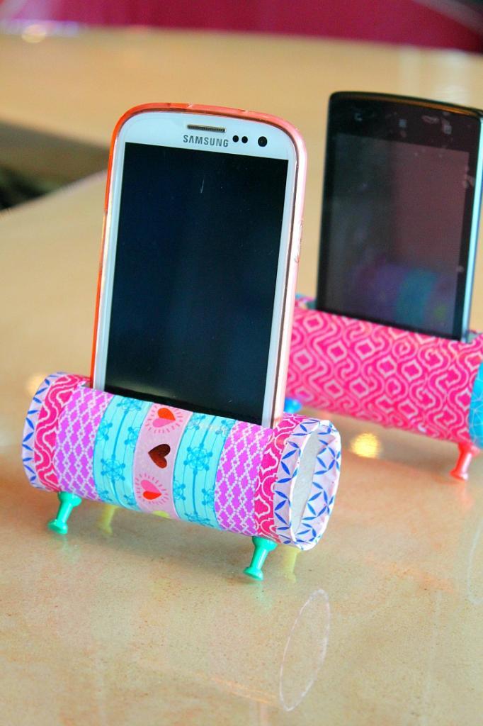Взяла втулку, декоративный скотч и сделала удобную подставку для телефона: простая инструкция