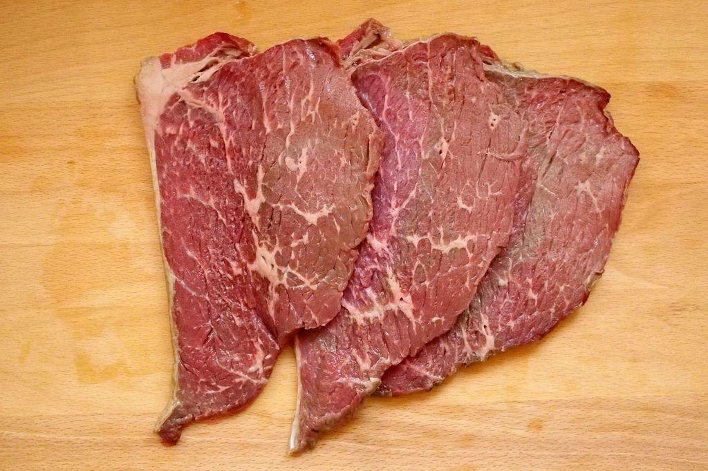 Приготовила вяленую говядину и угостила коллег на работе: теперь просят рецепт