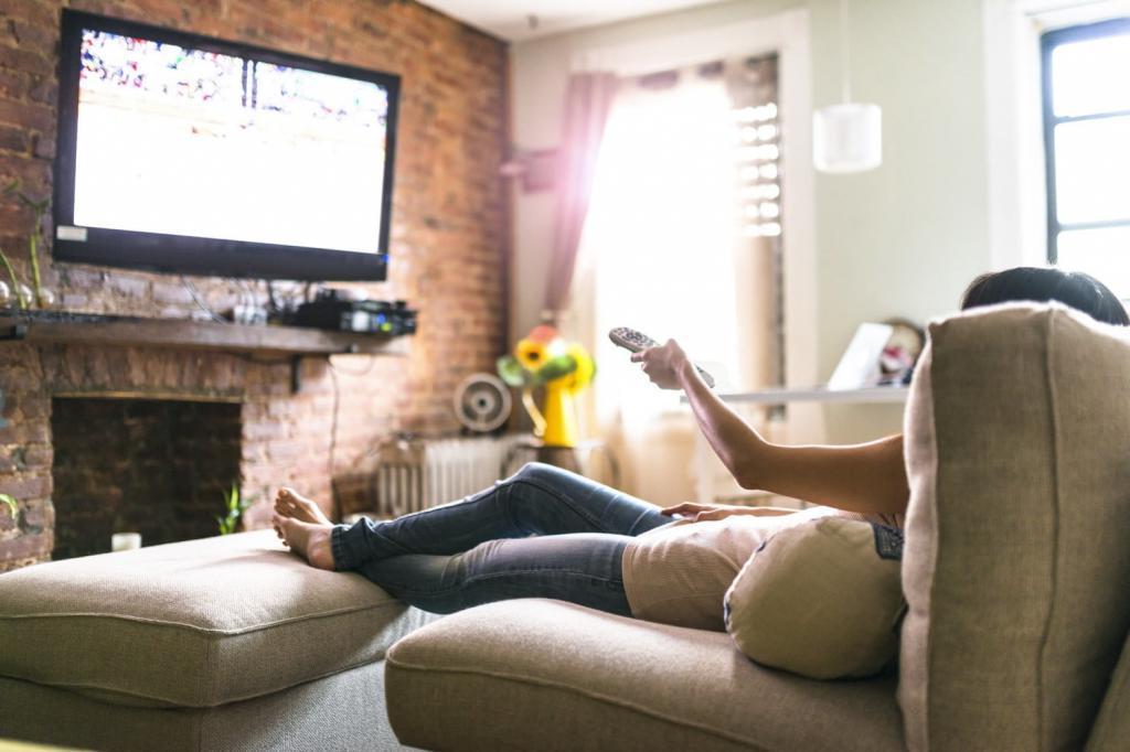 Любительница посмотреть телевизор с комфортом рассказала, как правильно подготовить гостиную, чтобы все было под рукой - подушки, еда и удобные столики