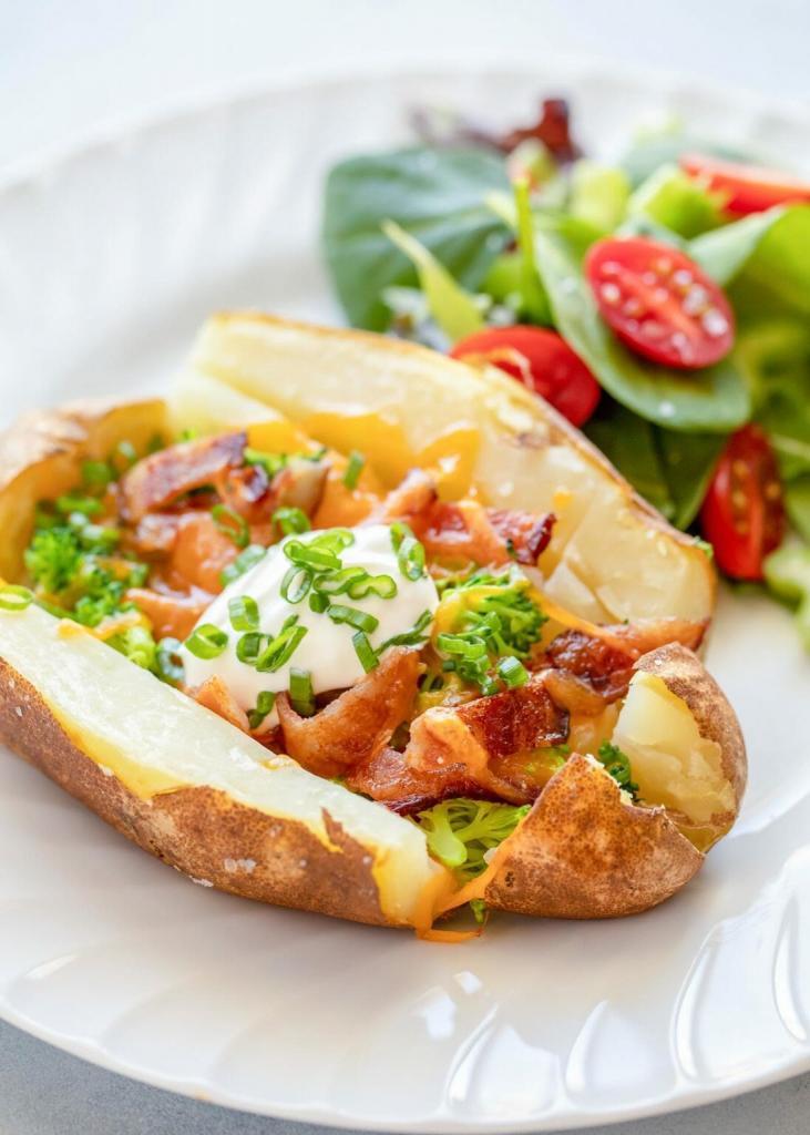 Картошечка с беконом и брокколи. Чтобы было не так калорийно, запекаю корнеплод в духовке