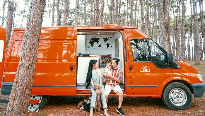 Супруги купили подержанный микроавтобус и превратили его в дом на колесах: в нем они теперь планируют путешествовать по стране