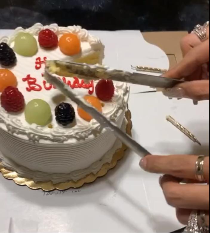 Мама показала, как режет торт щипцами. Людям очень понравился этот лайфхак (видео)