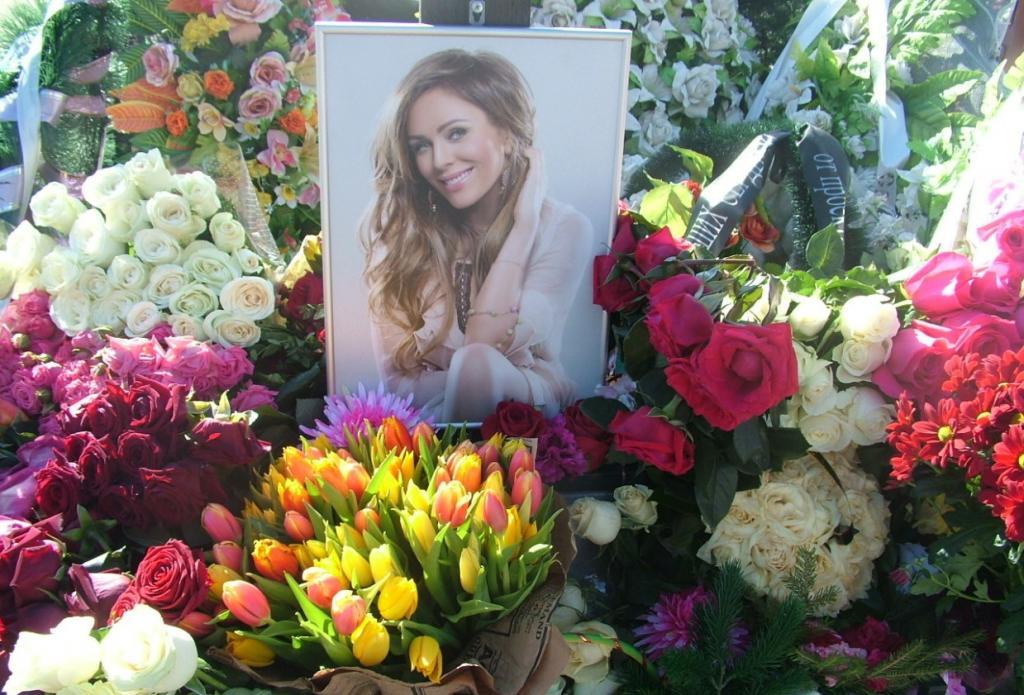 Что означает трогательная надпись на надгробии Юлии Началовой (на ней настоял отец певицы)