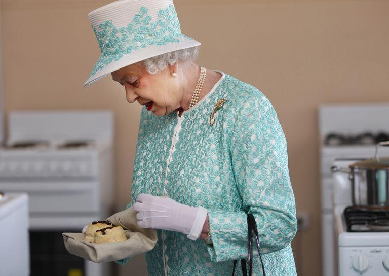 Шеф кондитеры Елизаветы делятся рецептом булочки, одобренным королевской особой: в ее основе – кишмиш (видео)