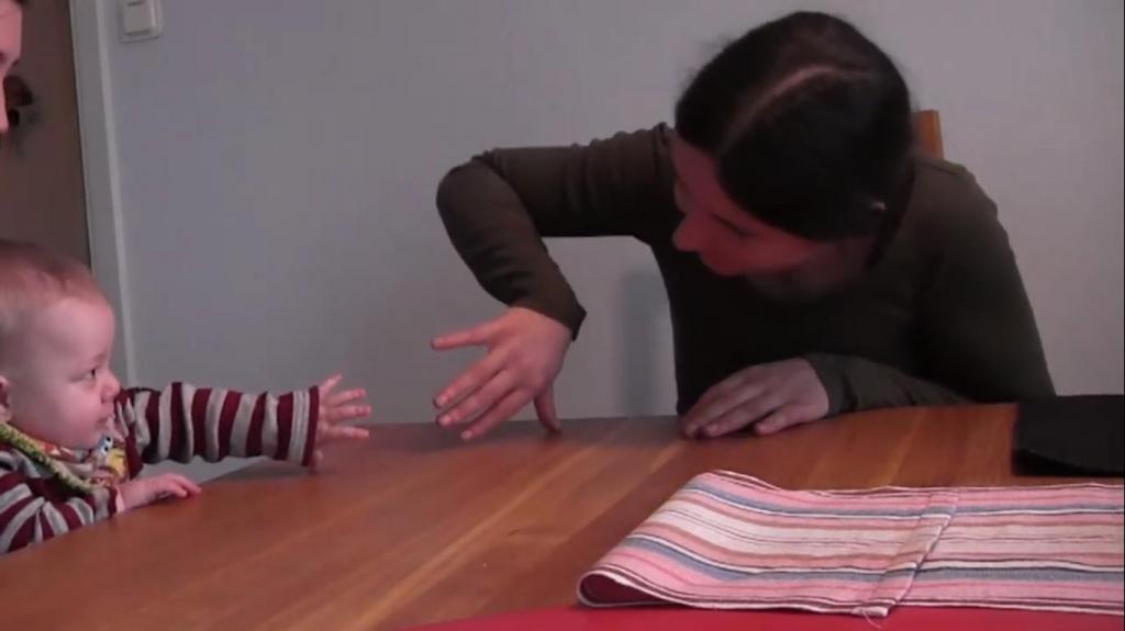 Как реагируют младенцы, когда взрослые копируют их движения: видео