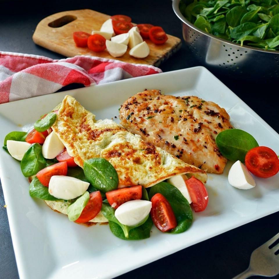 Блюда, которые готовятся за 10 минут: жареные баклажаны с сыром фета и чесноком и другие