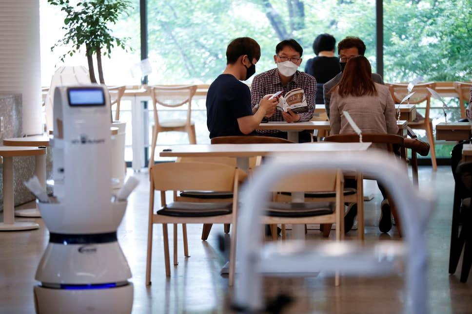 В южнокорейском кафе служит робот, который принимает заказы, делает кофе и доставляет напитки
