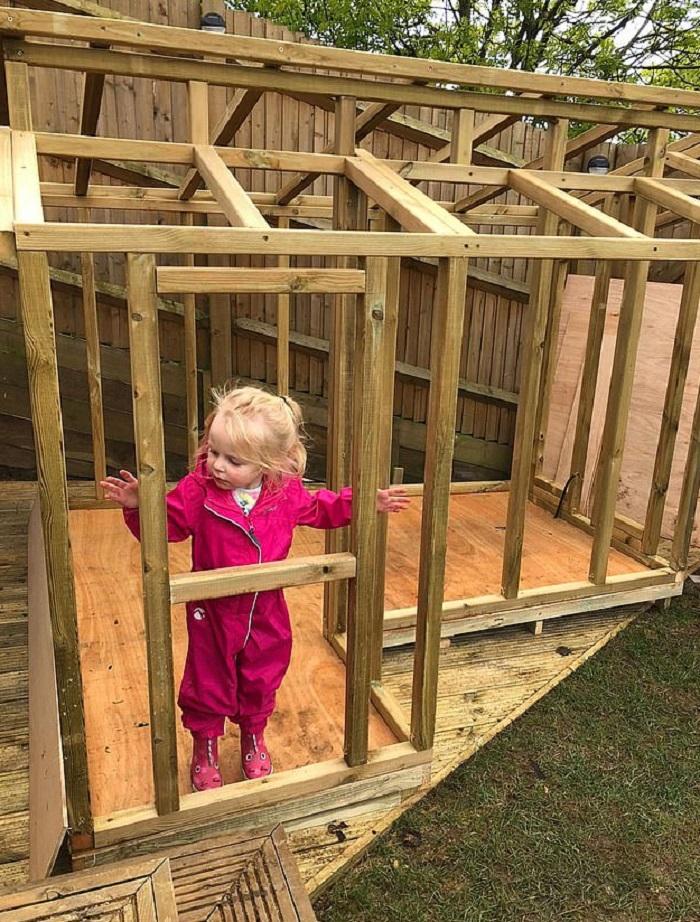 Папа золотые руки построил дочке роскошный игрушечный домик с кроватью, телевизором и даже личной кухней (фото)