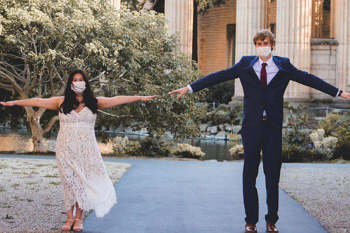 Тихо, по-скромному, иногда в масках: 10 пар, которым удалось пожениться во время карантина