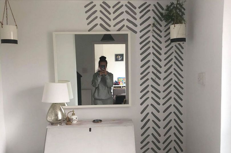 33-летняя мама обновила стену в прихожей за копейки: понадобилось чуть более двух часов, а получилось очень стильно (фото)