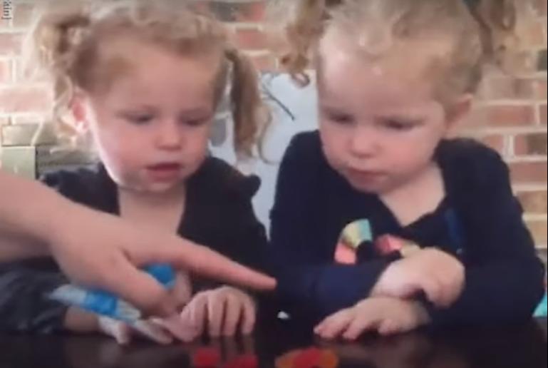 Не прикасайтесь к конфетам, пока я не приду : мама оставила сладости перед близняшками и вышла. Одна из малышек решила взять дело в свои руки (видео)