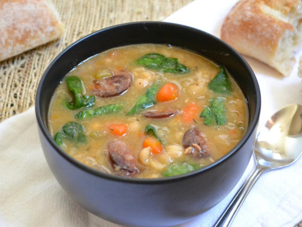 Когда дома нет мяса, готовлю интересный суп с копченой колбасой. Для сытности добавляю фасоль