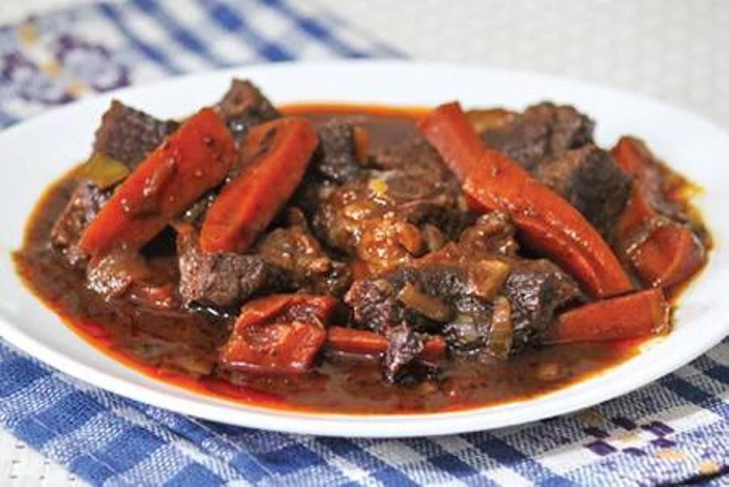 Муж всегда критиковал, как я готовлю говядину. Приехавшая в гости свекровь научила готовить восхитительную огненную говядину с морковью и специями