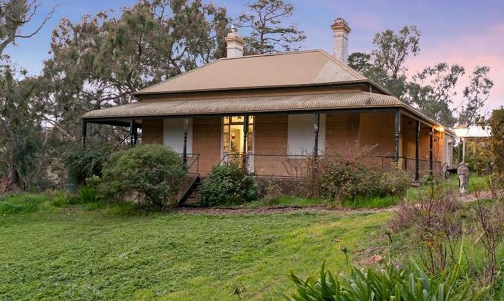 У мужчины зачесался нос: из за этого ему пришлось купить дом. Спустя 42 года он все же решился выставить дом на продажу