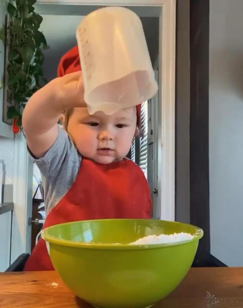 Видео этого малыша смотрят уже больше миллиона людей: годовалый поваренок
