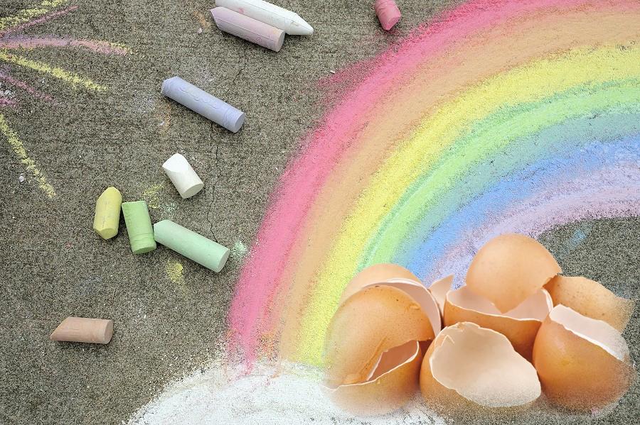 Больше не покупаю детям цветные мелки, теперь мы делаем их из яичной скорлупы