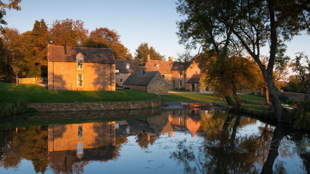 Дизайнер купил фермерское поместье 17 го века и сделал там ремонт. Фото нового интерьера