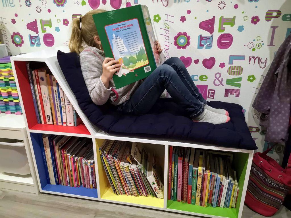 Муж сделал для дочери удобную банкетку с книжными полками: ребенок с удовольствием читает, а детская выглядит стильно