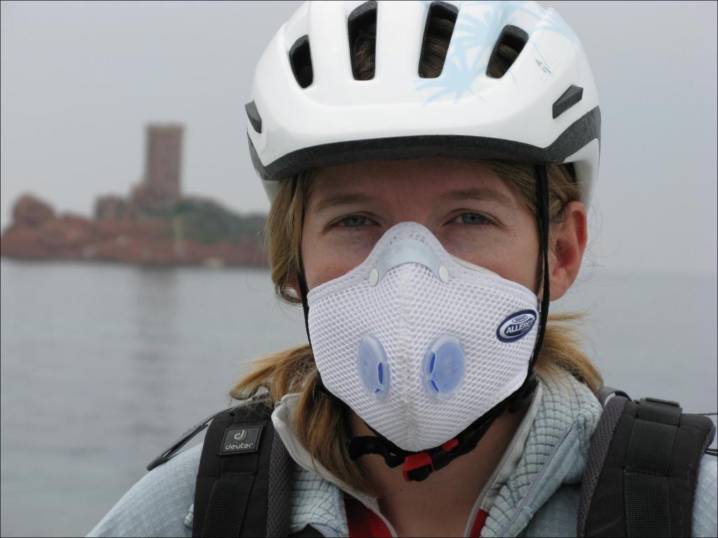 В малонаселенных местах можно не носить: нужно ли надевать маску при поездке на велосипеде