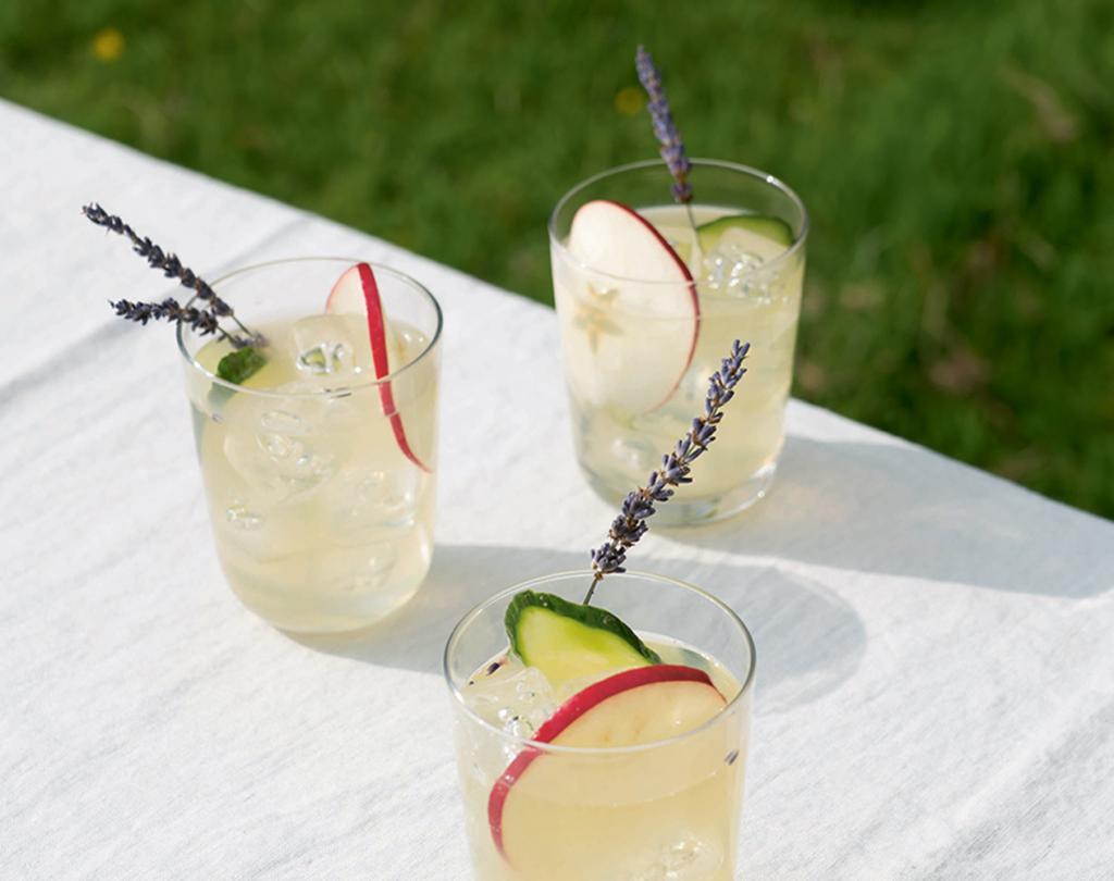 Освежающие летние коктейли: с бузиной, яблоком и розмарином. Просто смешайте ингредиенты
