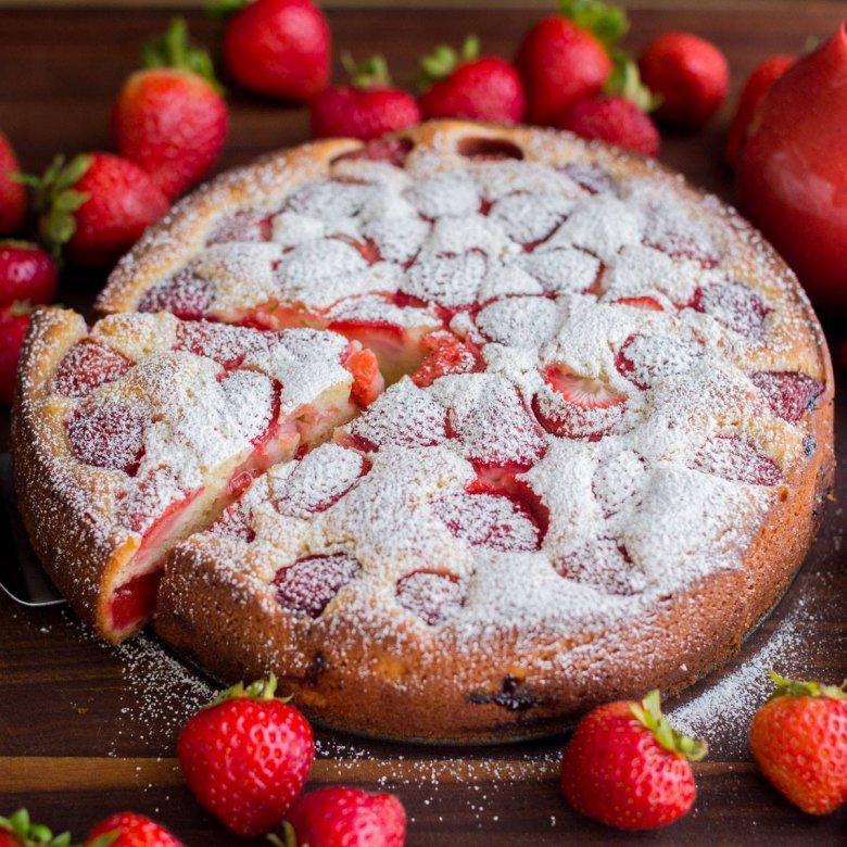 Как только наступает сезон клубники, постоянно пеку ароматный пирог