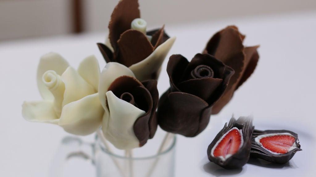 Как из клубники и шоколада сделать красивый десерт в виде роз: прекрасно подойдет для сладкого букета или праздничного стола