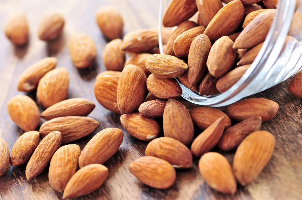 Миндаль, овсянка и арбуз. 8 продуктов, которые стоит съесть при усталости для восстановления сил