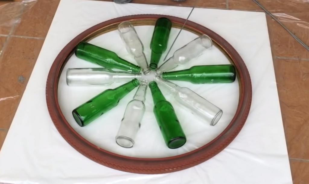 Муж положил 10 бутылок в велосипедную шину и залил цементом: получился стильный светящийся столик