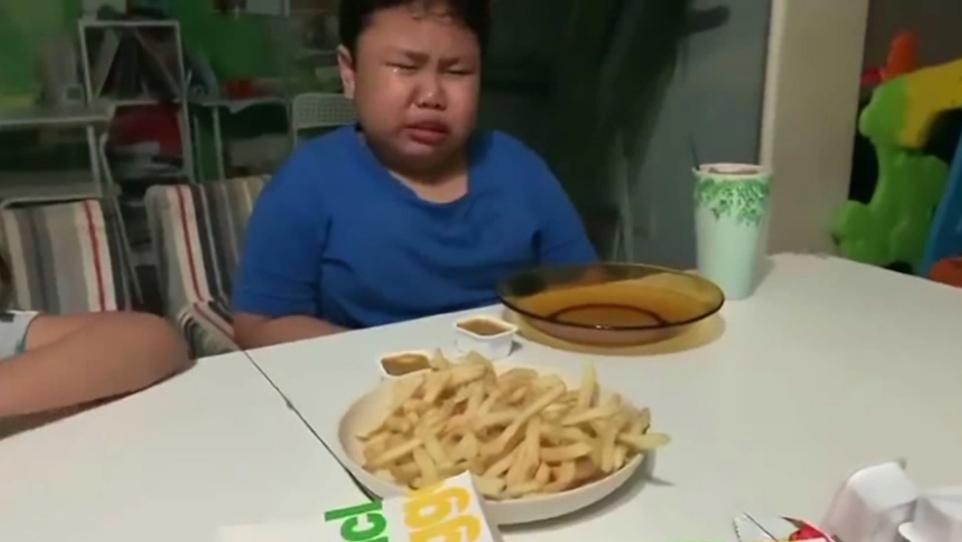 Двятилетний мальчик впервые за время изоляции попробовал любимый фастфуд: трогательные фото со слезами на глазах
