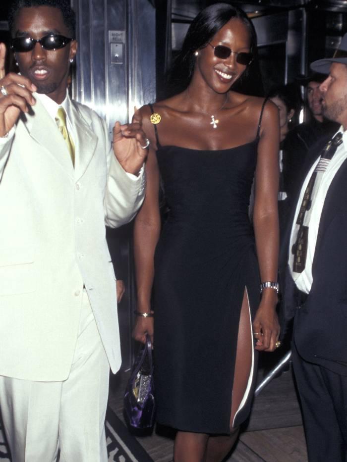 Платье на бретельках из 90 х вошло в моду. Его стоит приобрести тем, кто хочет быть в тренде