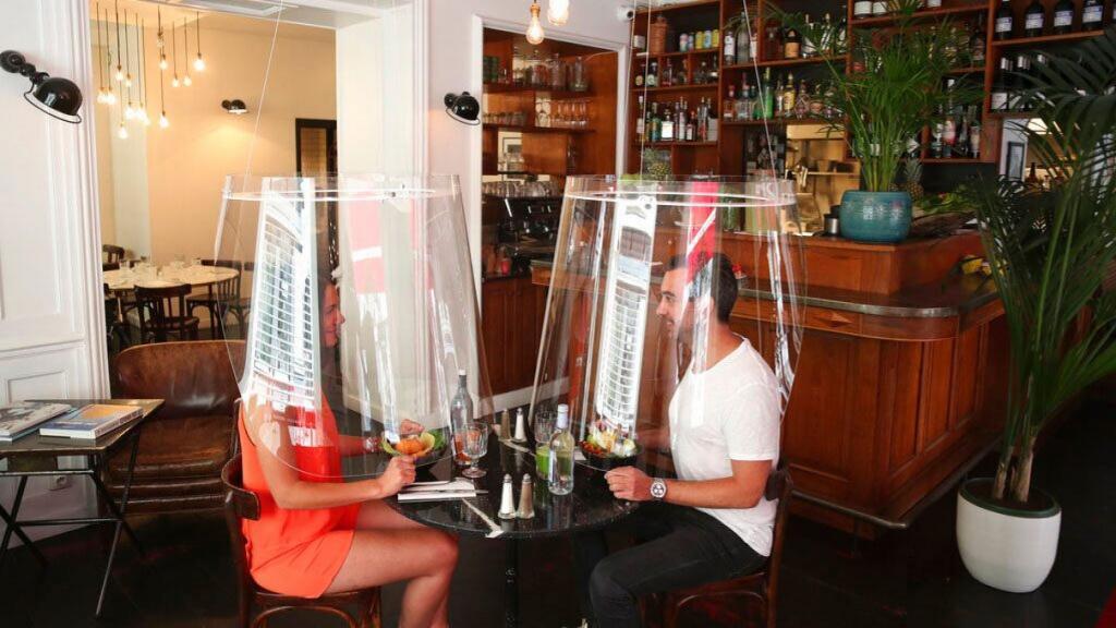 Эстетически приятные и даже поэтические пластиковые купола: рестораторы продолжают изобретать средства защиты клиентов от коронавируса