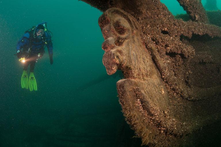 Дайверы спустились на дно озера, чтобы найти затонувший паром с золотом, а в итоге обнаружили старинный корабль с грифоном на корме