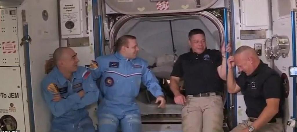 SpaceX доставил астронавтов на космическую станцию, а астронавт Даг Херли, похоже, ударился при входе