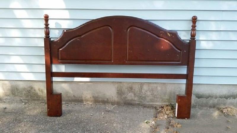 Чтобы сделать скамейку с мягкой спинкой, я использовал изголовье старой кровати