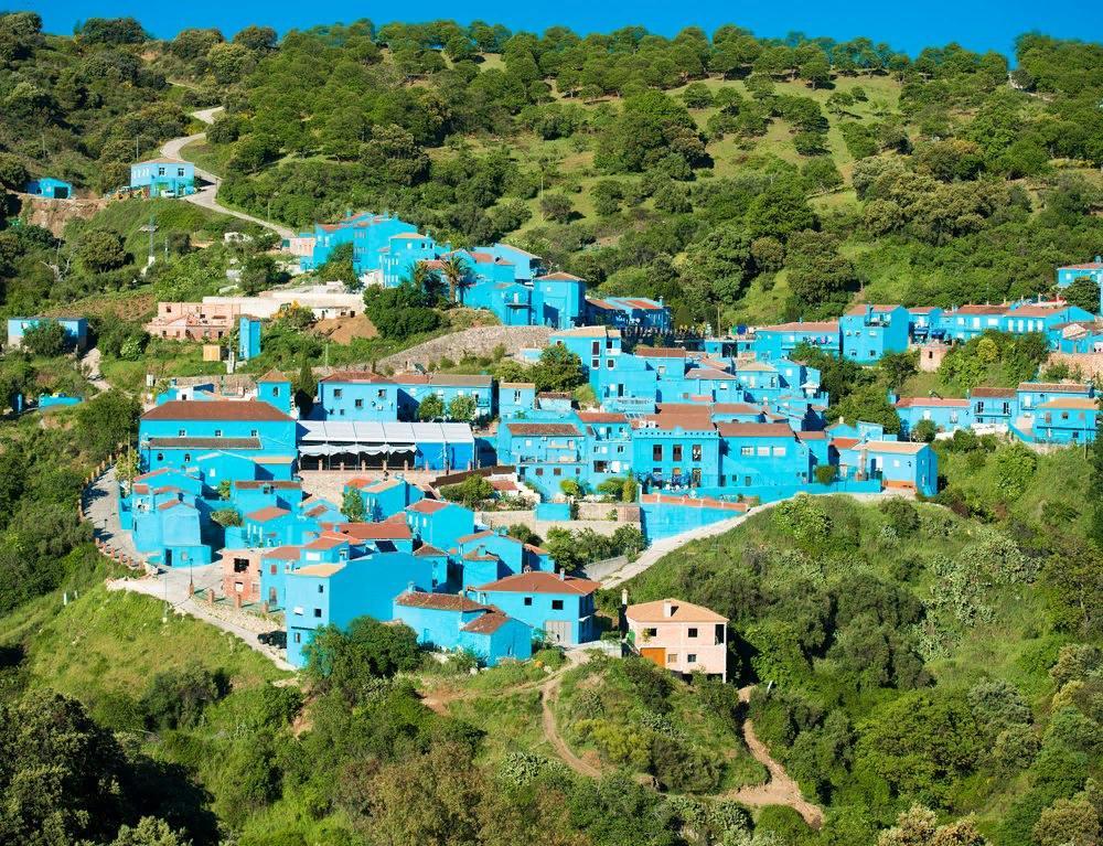 Синий монохром пяти городов из разных уголков мира: испанская деревня Смурфов и не только