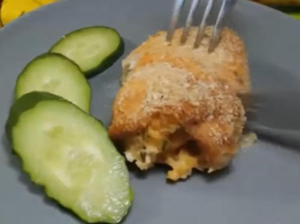 Просто выкладываю начинку на куриное филе и запекаю в духовке. Получаются очень вкусные рулетики