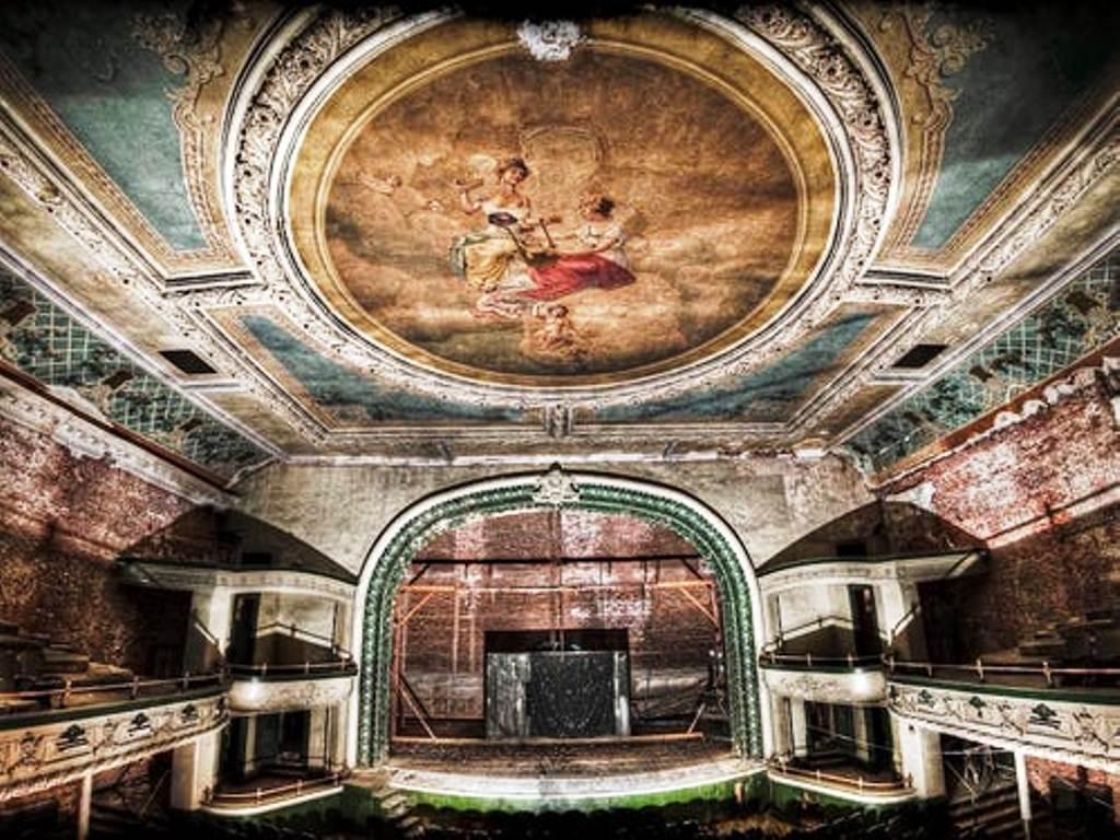 Театр, открытый в день, когда затонул Титаник, церковь с призрачными фигурами, место съемок Трансформеров-3: туристы любят заглянуть в загадочные заброшенные места мира
