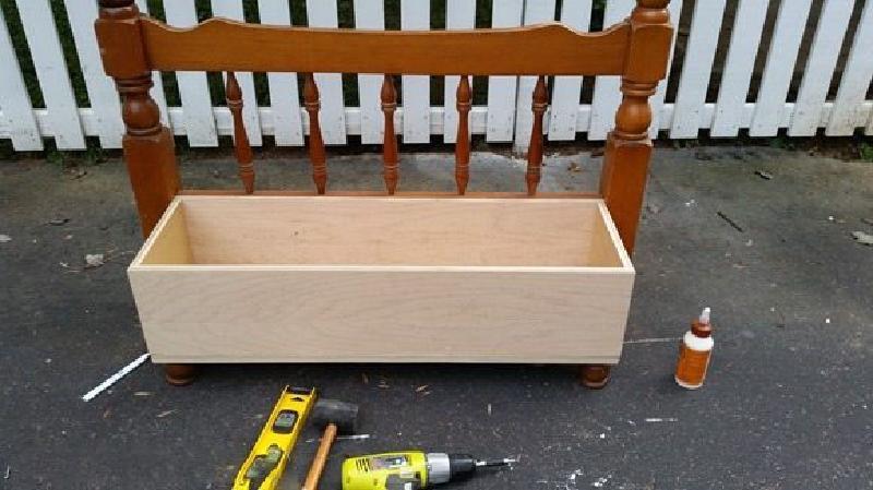 Из изголовья от кровати сделал племянникам детскую скамейку с ящиком для хранения игрушек