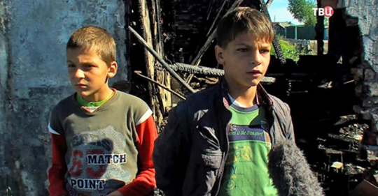 Молодую женщину и ее маленьких детей спасли из горящего дома два брата, которым 11 и 12 лет