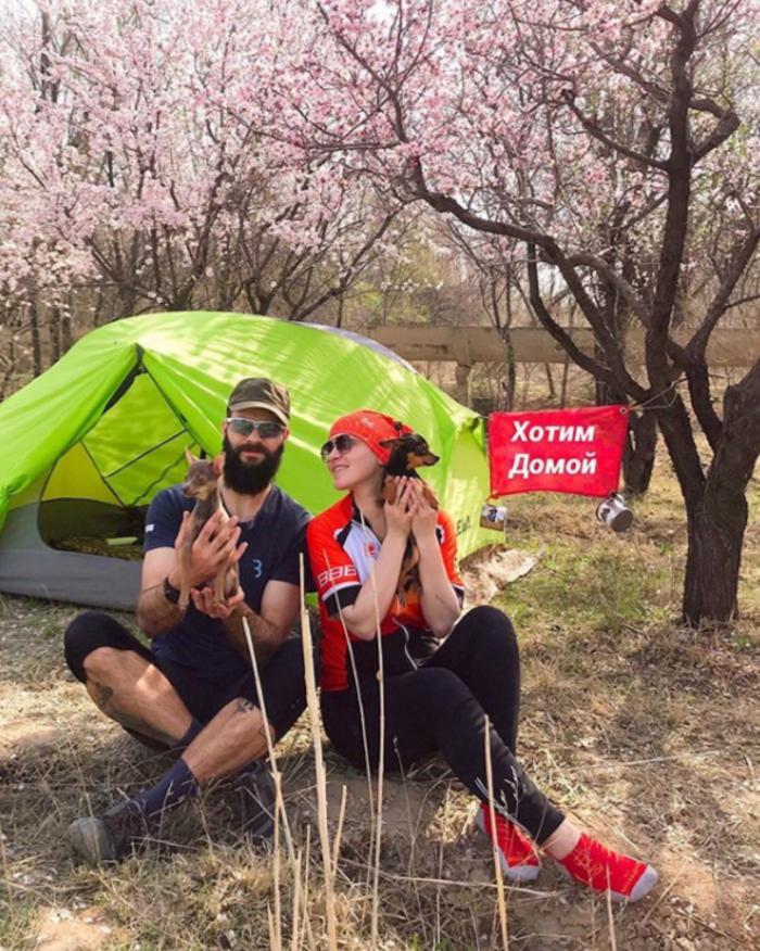Валерий и Анна путешествовали на велосипедах, но из-за карантина застряли в Узбекистане. Лететь домой без своих собачек не захотели