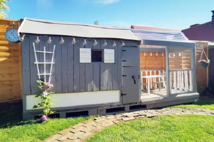 Папа взял старую кровать и деревянные поддоны: получился потрясающий игровой домик для дочки