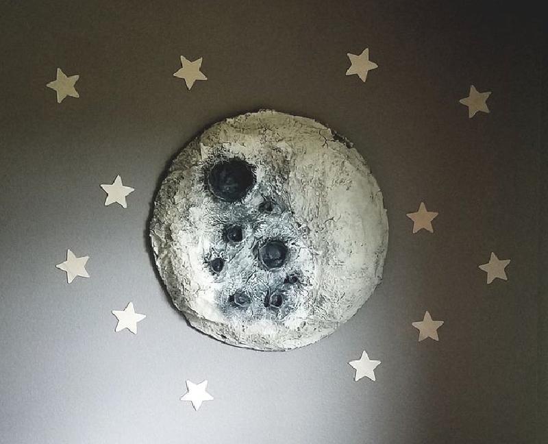 Спальню моей дочери украшает большая луна: сделала ее своими руками из папье-маше