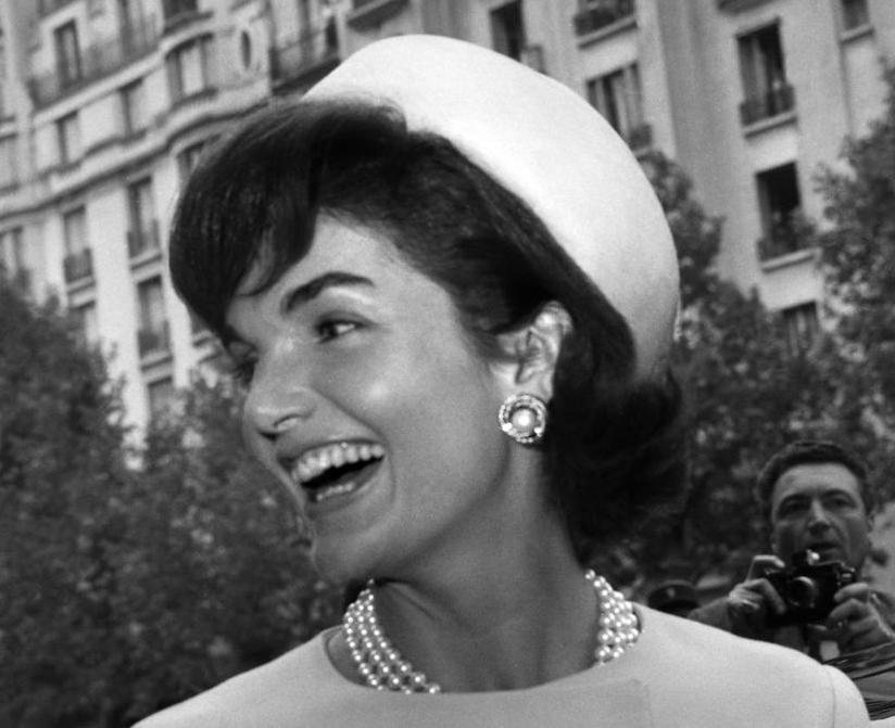 В каком платье и как Жаклин Кеннеди выходила замуж во второй раз: Америка потеряла святую, - писали газеты