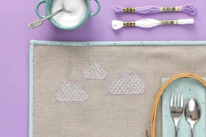 Подруга шьет салфетки на обеденный стол, украшая их простой вышивкой: недавно она поделилась инструкцией своего ремесла